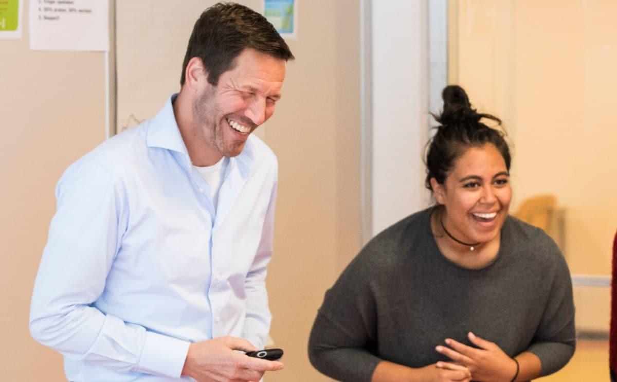 lachende trainer met deelnemer